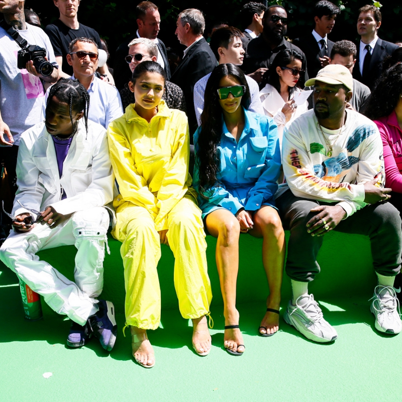 Và dĩ nhiên không lấy làm lạ khi thấy (từ phải qua) Kanye West, Kim Kardashian West, Kylie Jenner cùng bạn trai là rapper Travis Scott ngồi hàng ghế đầu.