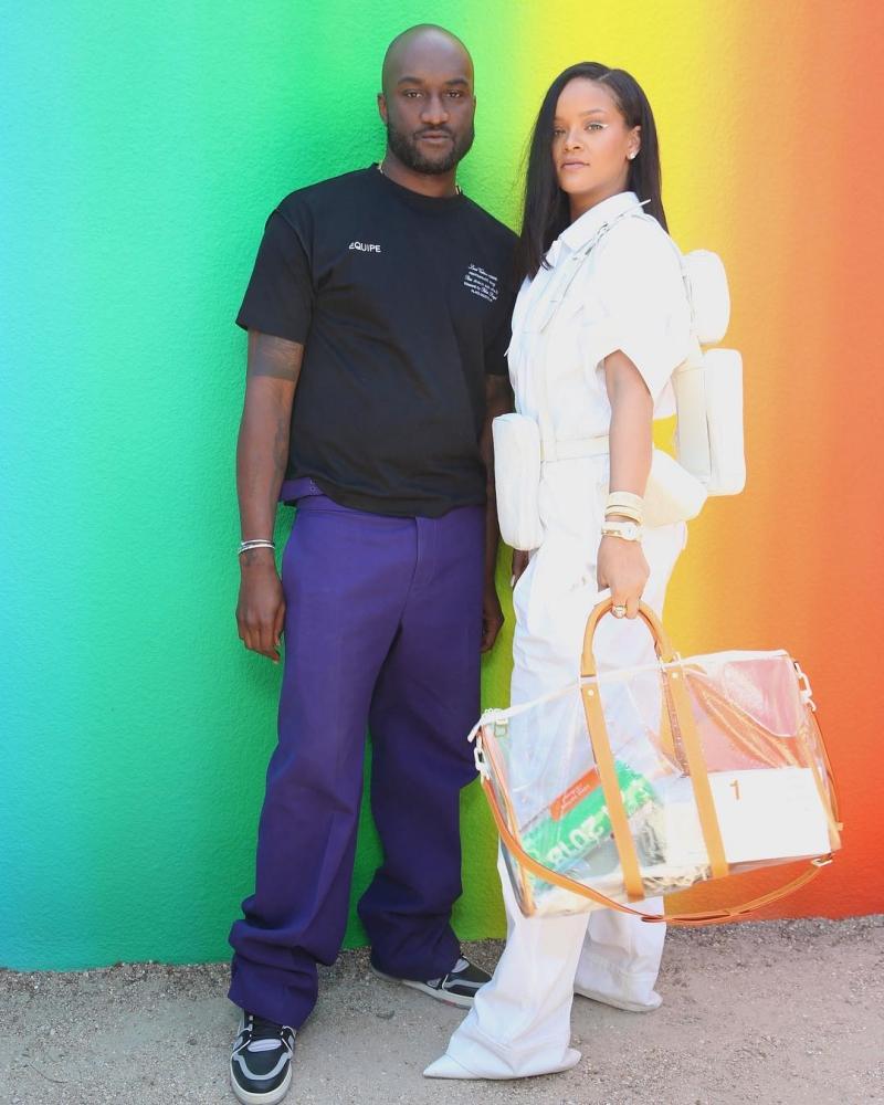 Rihanna chụp hình cùng NTK Virgil Abloh trước show diễn.