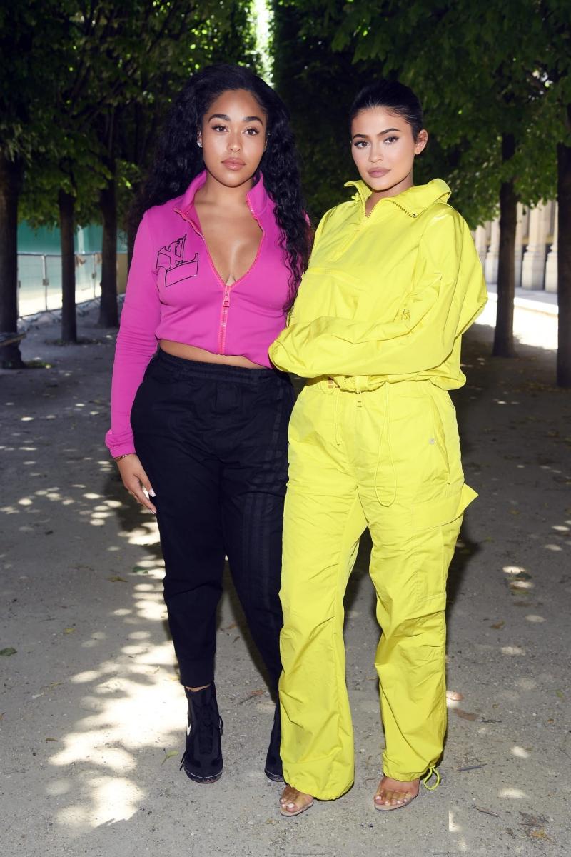 Kylie Jenner (phải) mặc trang phục mới nhất trong BST Xuân Hè 2019 dành cho nam giới của Louis Vuitton.