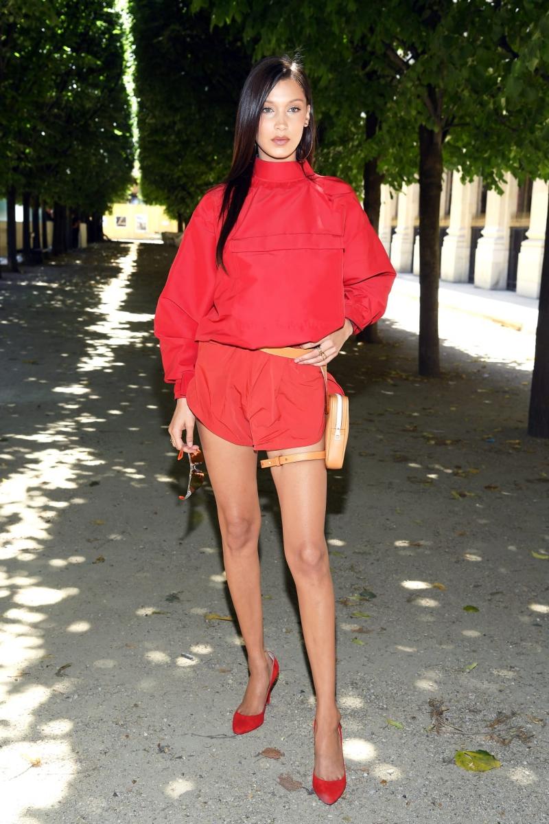 Bella Hadid diện nguyên cây đỏ, cũng là thiết kế của Virgil Abloh.