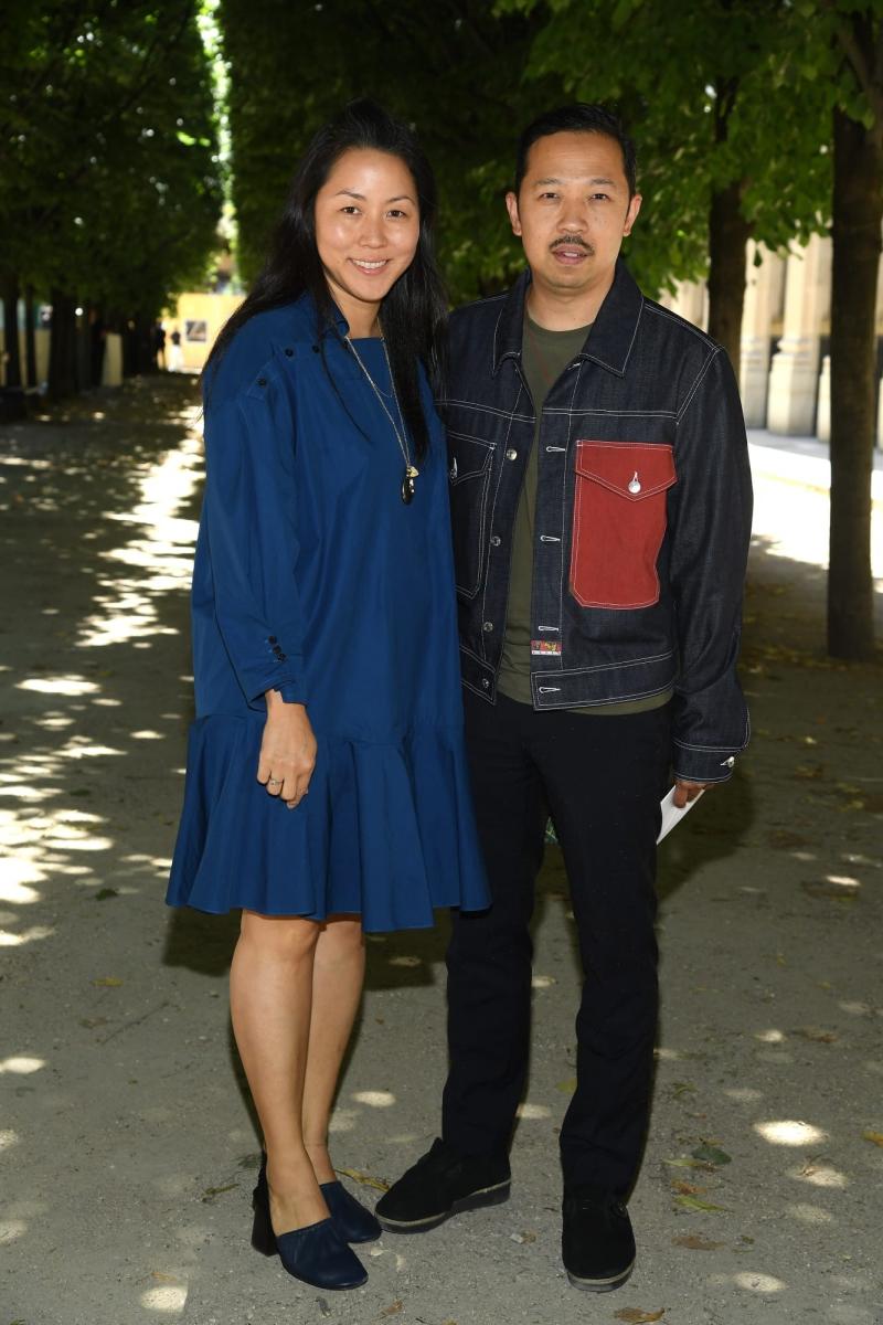 Cặp đôi Giám đốc Sáng tạo của Kenzo - NTK Carol Kim (trái) và Humberto Leon - cùng đến dự show. Kenzo và Louis Vuitton đều thuộc tập đoàn LVMH.