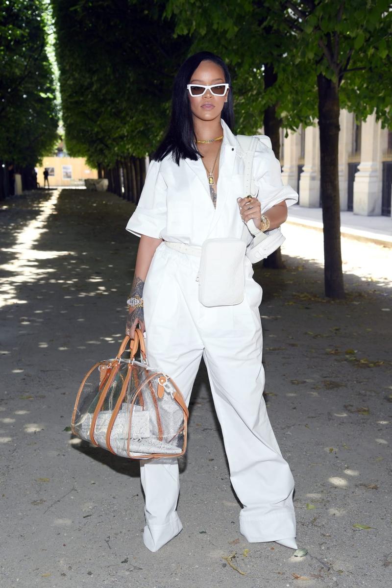 Rihanna cũng là một trong những khách mời danh dự được mặc thiết kế mới của NTK Virgil Abloh cho Louis Vuitton.