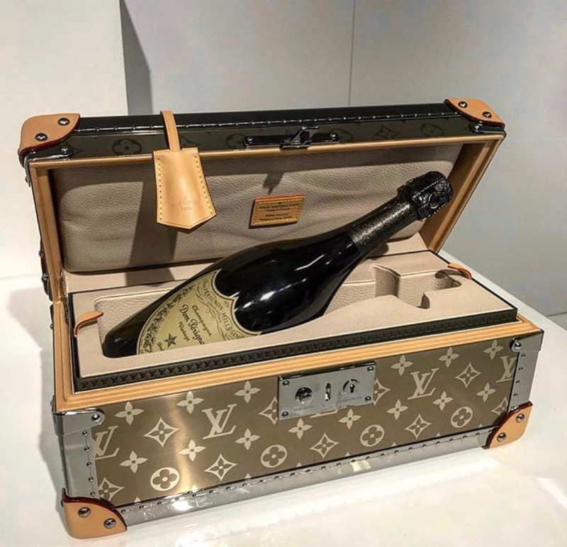 Một chiếc rương nhỏ đựng champagne, ai sẽ là người cần đến nó? Chắc là những người sẽ sẵn lòng bỏ ra 37.000 đô la (khoảng 851 triệu đồng) để sở hữu.