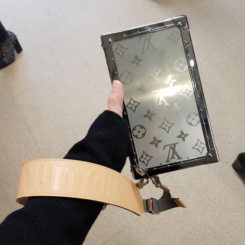 """Chiếc clutch cầm tay có dây da đeo cổ tay này có giá """"mềm"""" nhất trong dòng sản phẩm bằng titanium."""