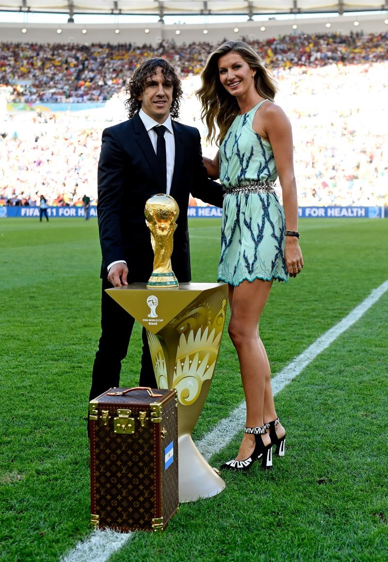 Giống như Gisele Bundchen đã xuất hiện cùng cựu tuyển thủ Tây Ban Nha Carles Puyol mang chiếc cúp vô địch ra sân cỏ hồi chung kết World Cup 2014 tại Rio De Janeiro, Brazil.