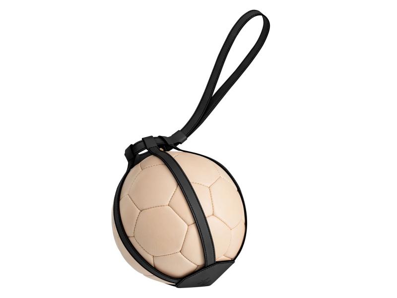 Trái bóng bằng da do Louis Vuitton sản xuất.