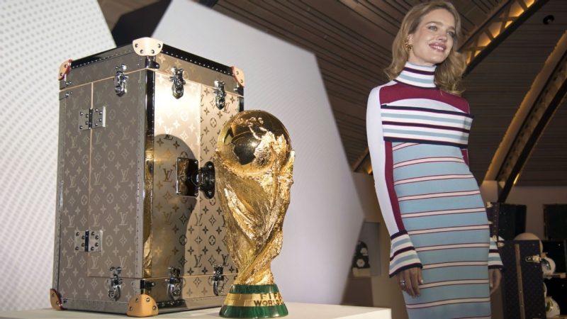 Có vẻ như siêu mẫu Natalia Vodianova sẽ xuất hiện trong đêm chung kết World Cup 2018 để mang chiếc cúp vô địch đựng trong chiếc hộp đặc biệt của Louis Vuitton.
