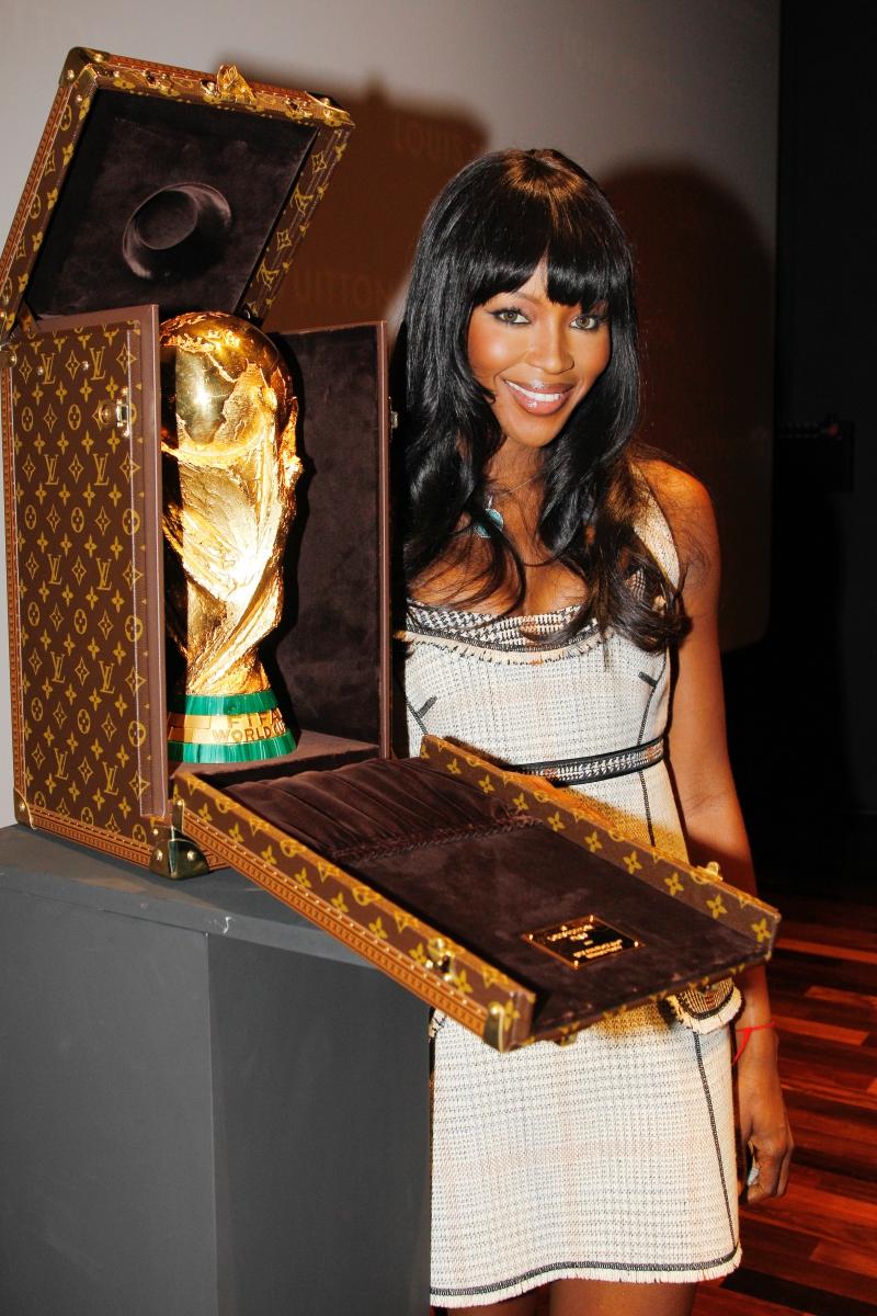 Siêu mẫu Naomi Campbell chụp hình cùng chiếc cúp vô địch World Cup 2010.