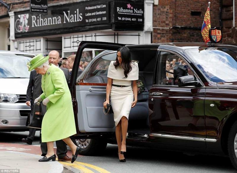 Công nương Meghan Markle xuất hiện cùng nữ hoàng Anh Elizabeth II tại Cheshire.