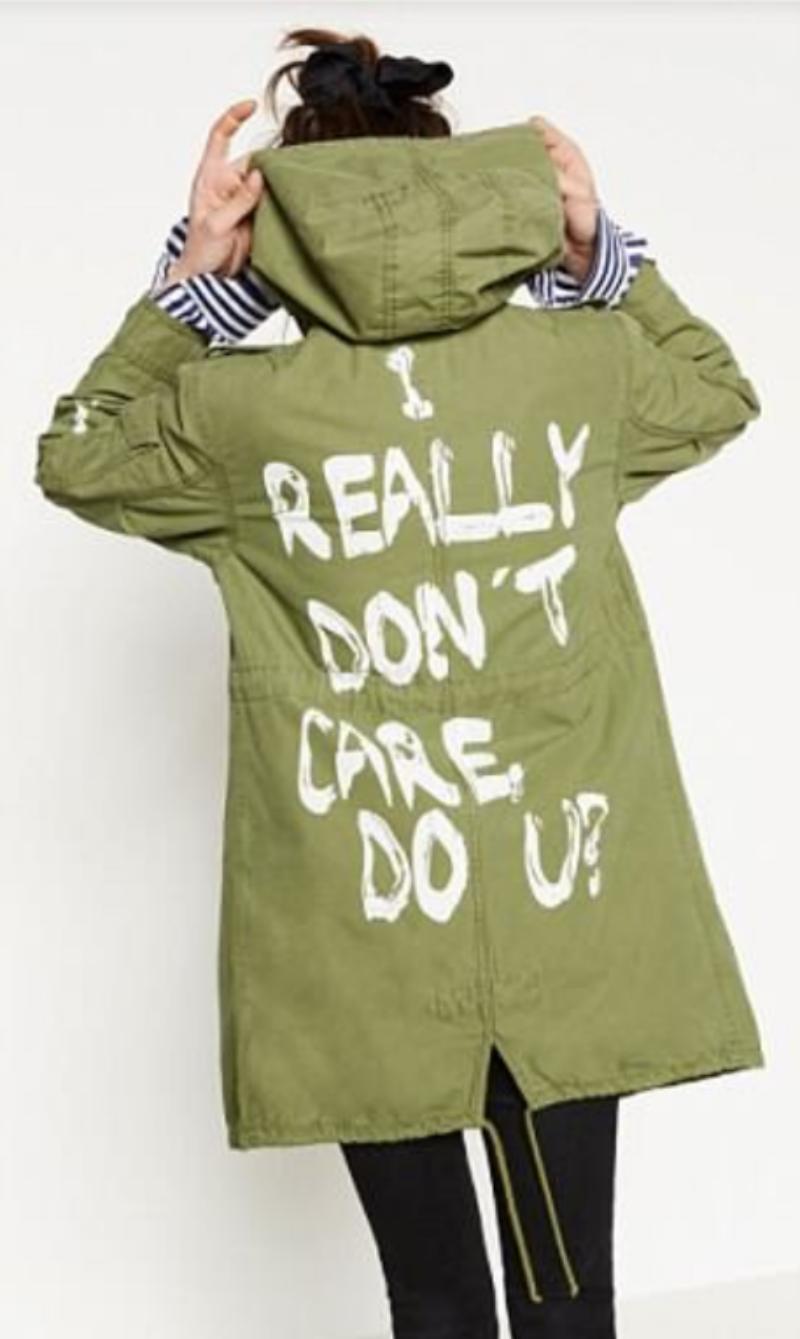 Chiếc áo khoác màu xanh quân đội với thông điệp vô cùng sai trái tại thời điểm hiện tại mà bà Melania Trump chọn mặc.