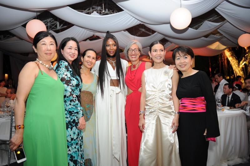 Naomi Campbell chụp hình cùng những vị khách có mặt tại sự kiện tối ngày 02/06 tại thành phố Cần Thơ.