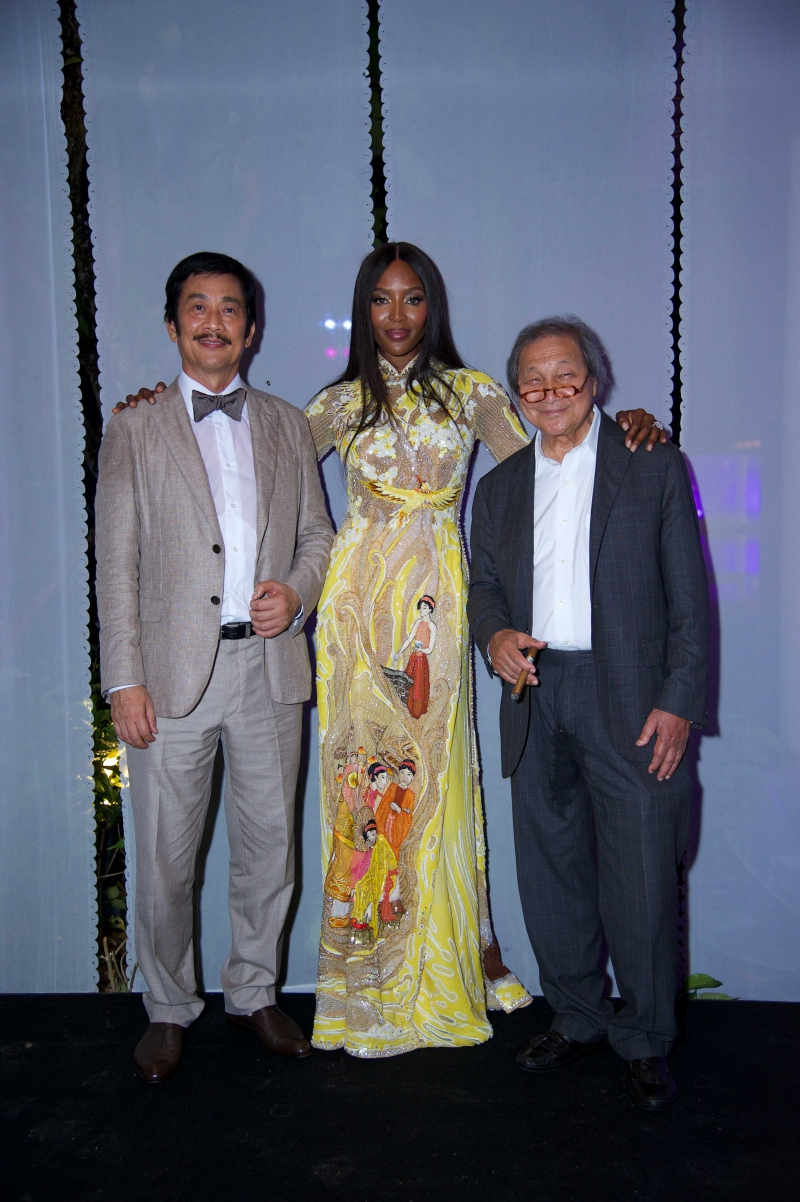 Thiết kế áo dài với hình ảnh người phụ nữ Việt Nam được thêu đính vô cùng tỉ mỉ thể hiện tay nghề của những người thợ thủ công Việt Nam.
