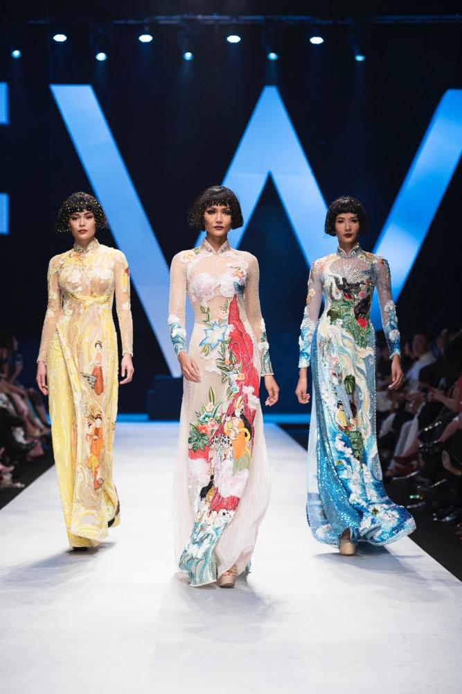 """Thiết kế áo dài của NTK Nguyễn Công Trí mà Naomi Campbell mặc nằm trong BST """"Coco Yêu Dấu"""" (phải)."""