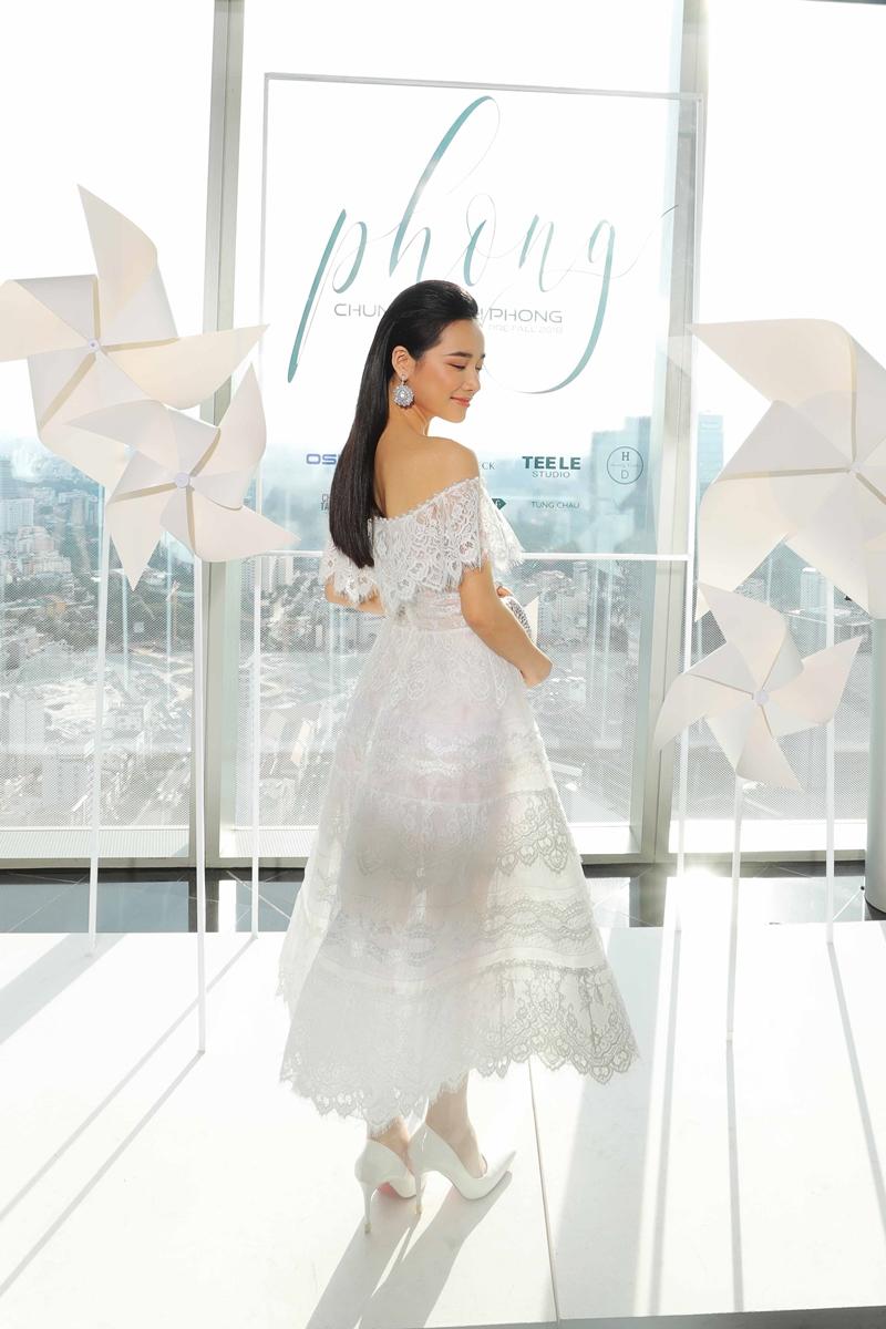 đầm trắng luôn là sự lựa chọn hoàn hảo nhất cho nét đẹp dịu dàng của Nhã Phương.