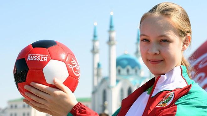 Lần đầu tiên có các cô bé nhặt bóng tại World Cup 2018