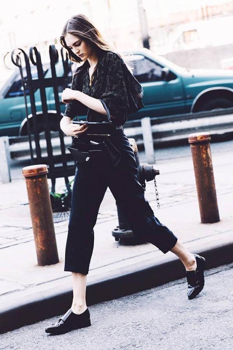 Với chiếc váy midi đen tuyền thường xuyên được bạn ưu ái, chỉ cần chọn một đôi giày thể thao phù hợp, bạn không chỉ vô tư vận động cả ngày mà còn trông thật trendy nữa chứ.