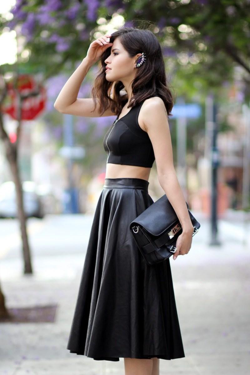 Bạn lại đang nghĩ mặc váy da vào mùa hè thật ngớ ngẩn phải không? Sẽ hoàn toàn hợp lý nếu bạn lựa được chiếc váy da độ xòe hợp lý và kết hợp với chiếc áo thun cơ bản. Đừng quên tạo điểm nhấn bằng những phụ kiện bắt mắt nữa nhé!