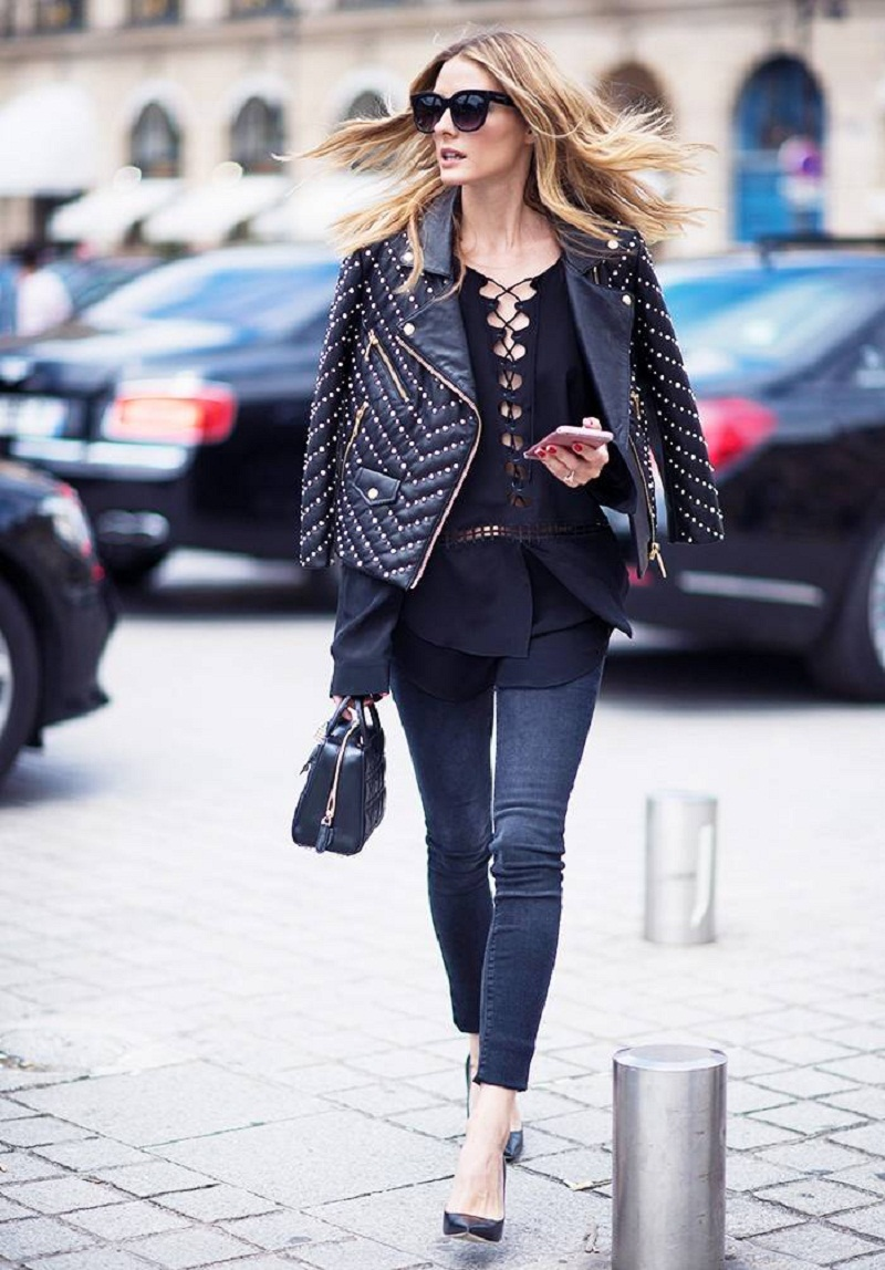 Cô nàng sang chảnh trên phố bạn bỗng bắt gặp và chẳng thể quên chính là cô nàng vơi chiếc áo khoác da trên vai vừa để tránh nắng, vừa phủ hững hờ trên chiếc áo sơ mi detailed top.