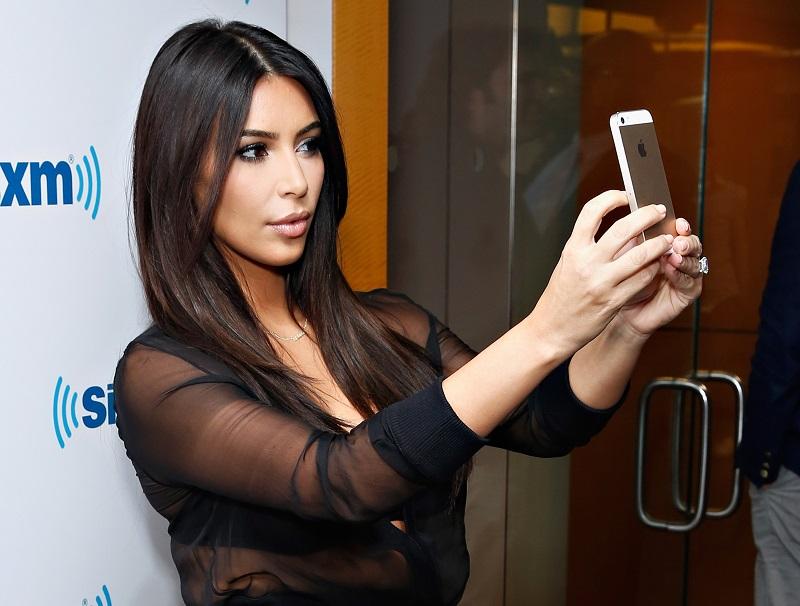 """Kimberly Kardashian là một trong những người mẫu, ngôi sao truyền hình, diễn viên và doanh nhân có tiếng nhất nước Mỹ. Ngoài ra, cô còn được biết đến như một """"nữ hoàng tự sướng"""" trên Internet. Mỗi tấm hình selfie Kim Kardashian đăng lên các trang mạng xã hội của mình đều nhận được vô số lượt like từ người hâm mộ."""