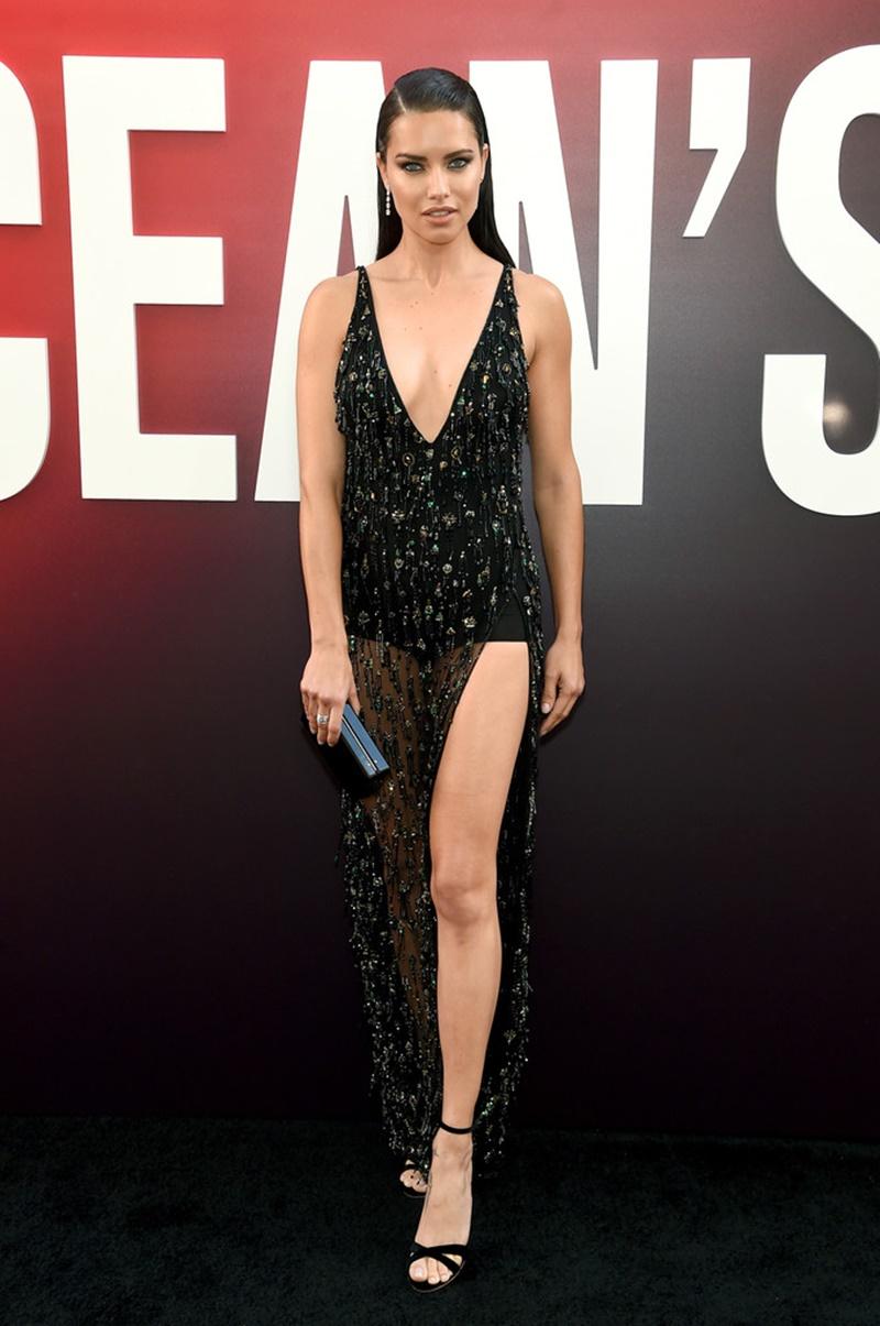Cựu thiên thần Adriana Lima gợi cảm trong thiết kế xẻ ngực sâu.