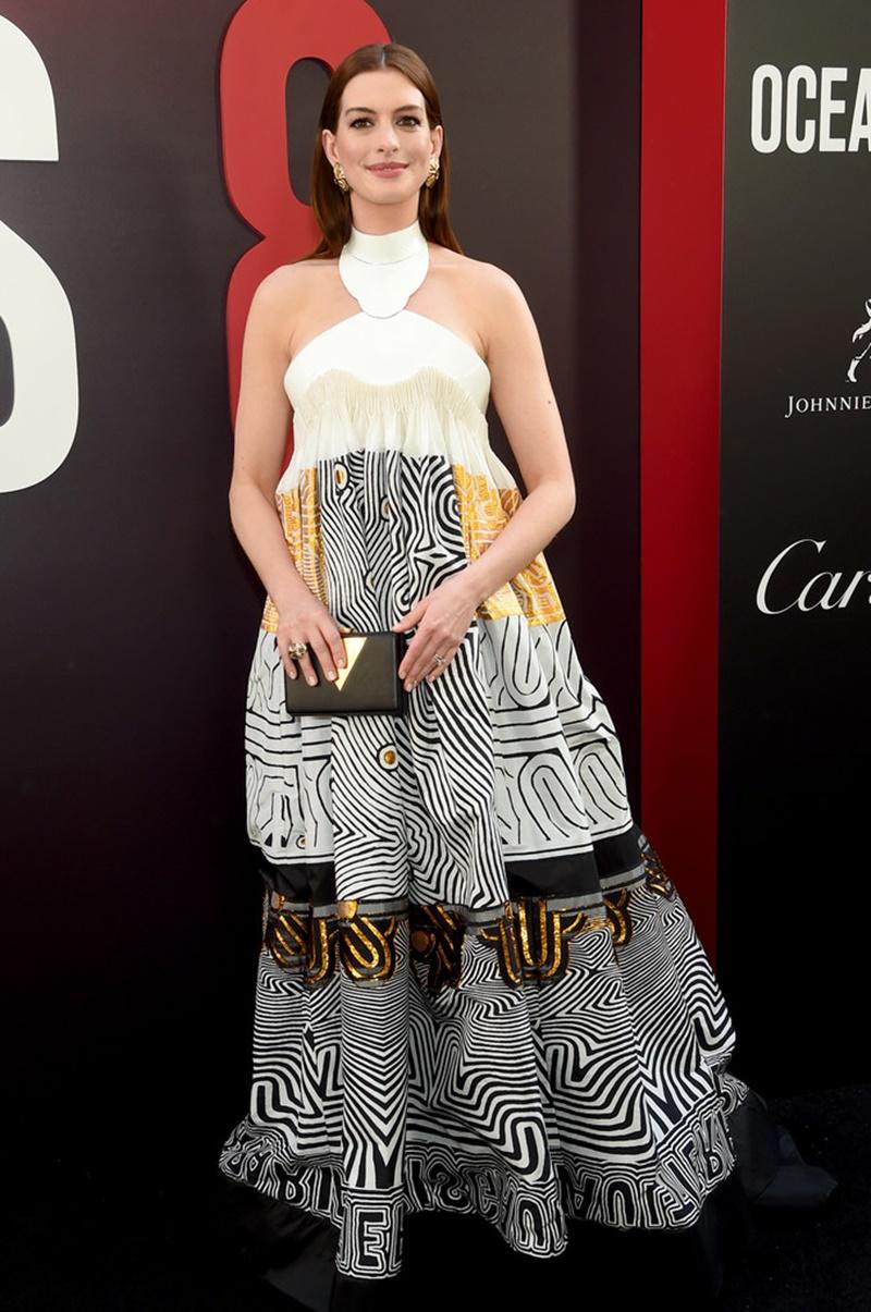 Anna Hathaway thướt tha trong thiết kế đầm couture của Jean Paul Gaultier cùng ví cầm tay của Jill Milan.