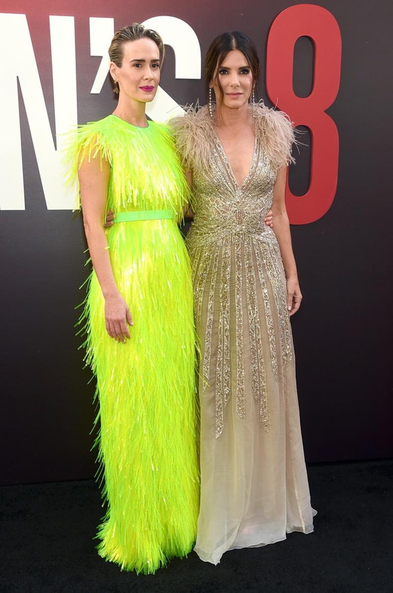 Sarah Paulson (trái) và Sandra Bullock chụp hình cùng nhau trên thảm đỏ. Sandra Bullock mặc đầm của Elie Saab Haute Couture và nữ trang Lorraine Schwartz.