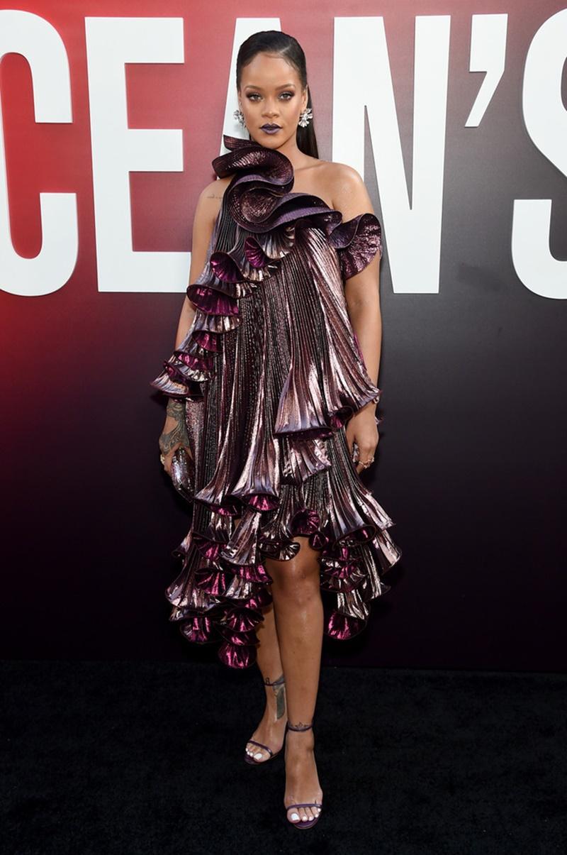 """Rihanna mặc trang phục của Givenchy cho sự kiện công chiếu phim """"Ocean's 8"""" tại New York, Mỹ."""