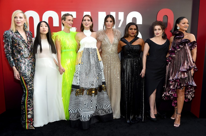 """Dàn diễn viên của phim """"Ocean's 8"""" gồm có (từ trái qua): Cate Blanchett, Awkwafina, Sarah Paulson, Anne Hathaway, Sandra Bullock, Mindy Kaling, Helena Bonham Carter và Rihanna."""