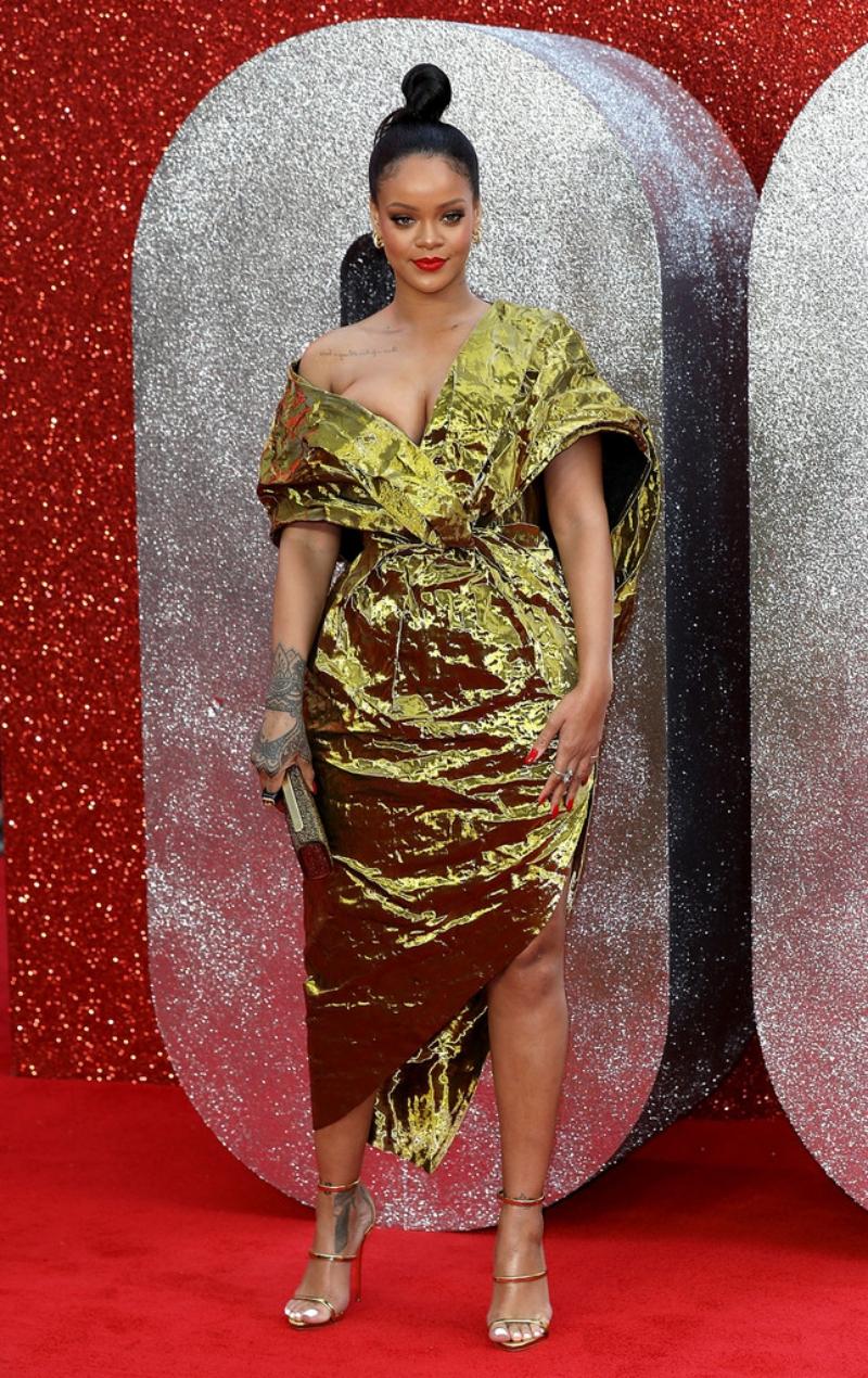 Rihanna nổi bật trong thiết kế từ BST Thu Đông 2018 của thương hiệu Poiret.