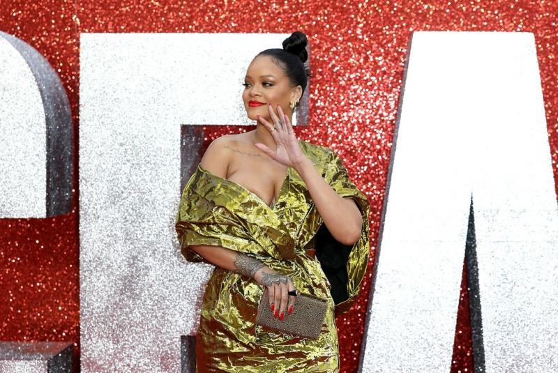 Rihanna cầm clutch Vanité của Christian Louboutin. Đây là thiết kế clutch được rất nhiều mỹ nhân thế giới lựa chọn mỗi khi tham dự các sự kiện lớn.