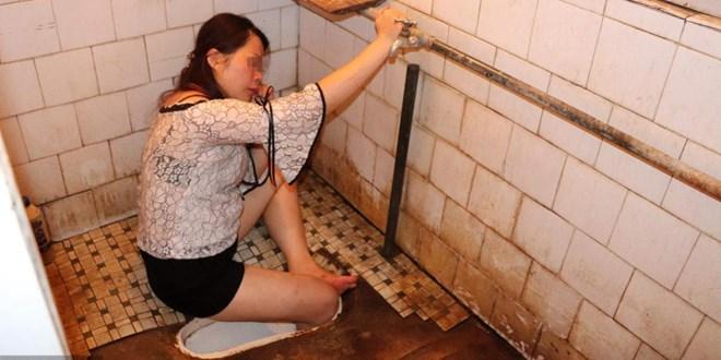 Lính cứu hỏa đập vỡ bệ xí giải cứu cô gái say rượu bị mắc kẹt