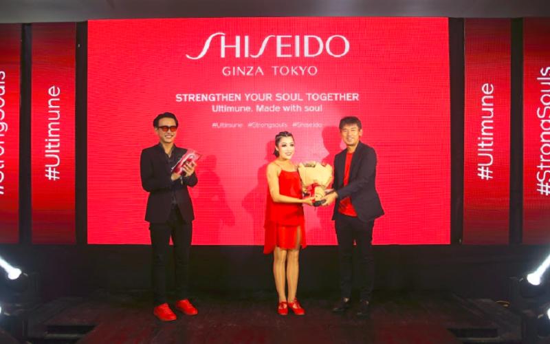 Đại diện công ty Mỹ Phẩm Shiseido Việt Nam trao tặng hoa kỷ niệm đến diễn viên múa Thảo Uyên.