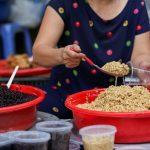 """""""Giết sâu bọ"""" từ sáng sớm, người Hà Nội nhộn nhịp mua sắm trong dịp Tết Đoan Ngọ"""