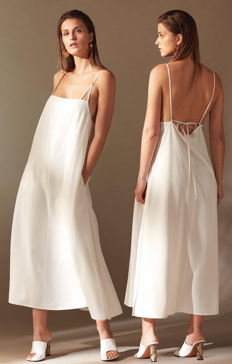 Tối giản và thanh lịch vẫn luôn là điểm nổi bật trong những thiết kế tới từ thương hiệu1-01 Babaton và chiếc đầm backless này cũng không phải ngoại lệ.