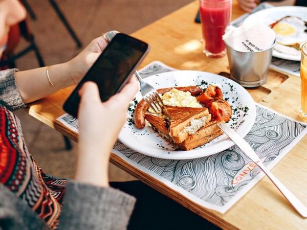 """Cách hay để thực khách """"quên"""" điện thoại di động trong bữa ăn"""