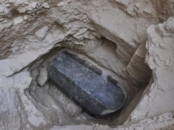 Chiếc quách khổng lồ từ thời cổ đại nặng 3 tấn phát lộ ở Alexandria