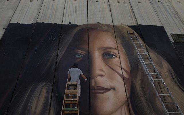 Hai họa sĩ Italy bị trục xuất vì vẽ chân dung nữ anh hùng Palestine