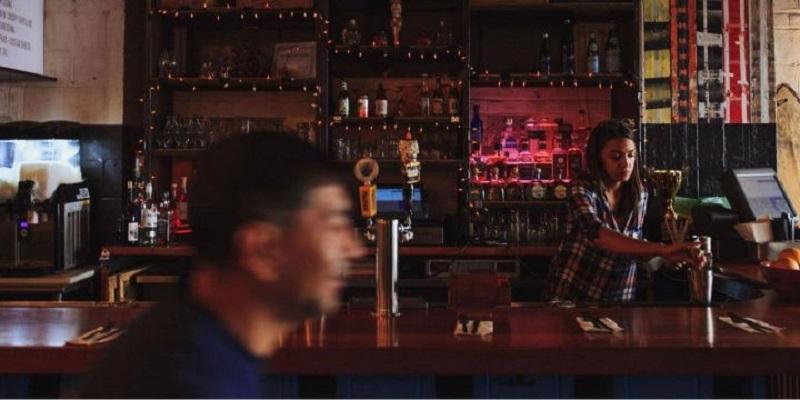 Thời điểm Alexandria Ocasio-Cortez vẫn đang làm nhân viên pha chế tại quán bar.