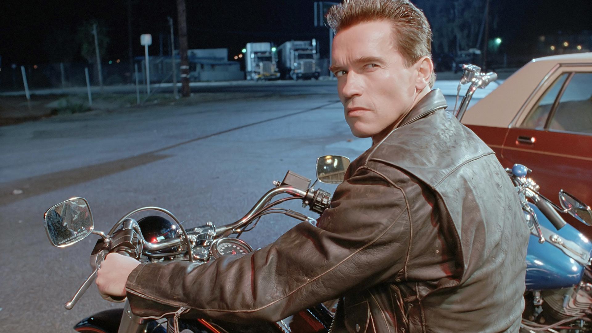 Một người hùng cơ bắp khác là Arnold Schwarzenegger, cũng xuất thân từ vận động viên nhưng vẫn sở hữu một trong những vai diễn biểu tượng nhất lịch sử phim ảnh.