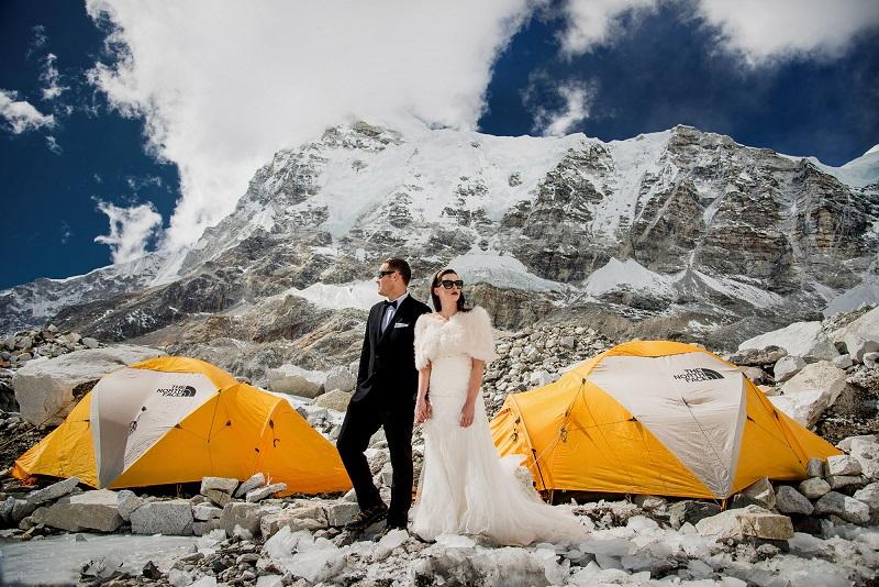 Cùng với nhiếp ảnh gia Charleton Churchill, đôi bạn trẻ đã đi bộ 3 tuần liền với 17.000 bước để tới được căn cứ Base Camp Everest - nơi họ nói lời thề non hẹn biển sẽ bên nhau trọn đời.