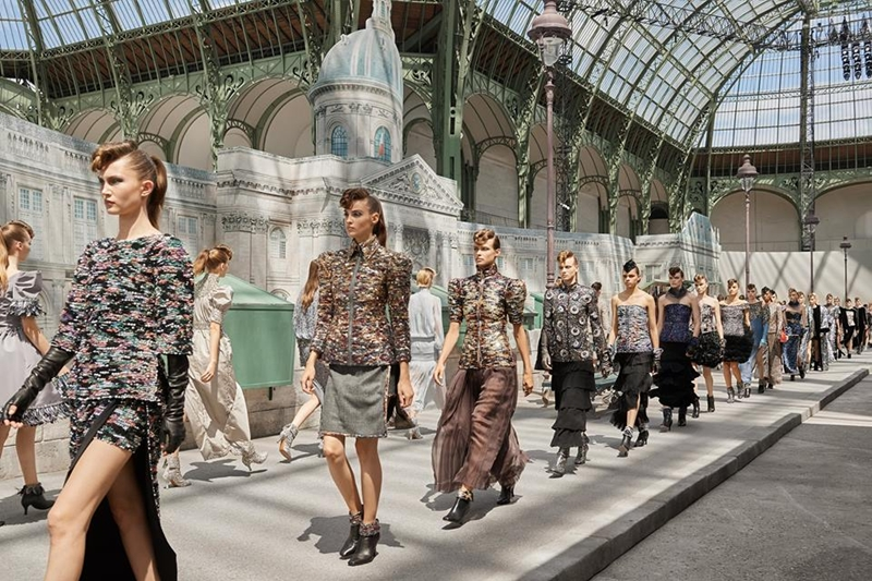 Hình ảnh con đường Quai Conti phía trước cơ quan viện hàn lâm cũng được tái dựng với vai trò là đường băng cho các người mẫu catwalk.