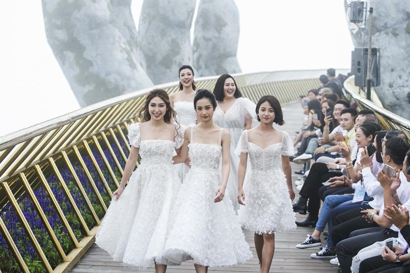 Hình ảnh của nhóm Ngựa hoang: Hoàng Oanh, Khổng Tú Quỳnh, Jun Vũ, Trịnh Thảo trên sàn catwalk là đại diện hoàn hảo nhất cho thanh xuân đầy sức sống của các cô gái.