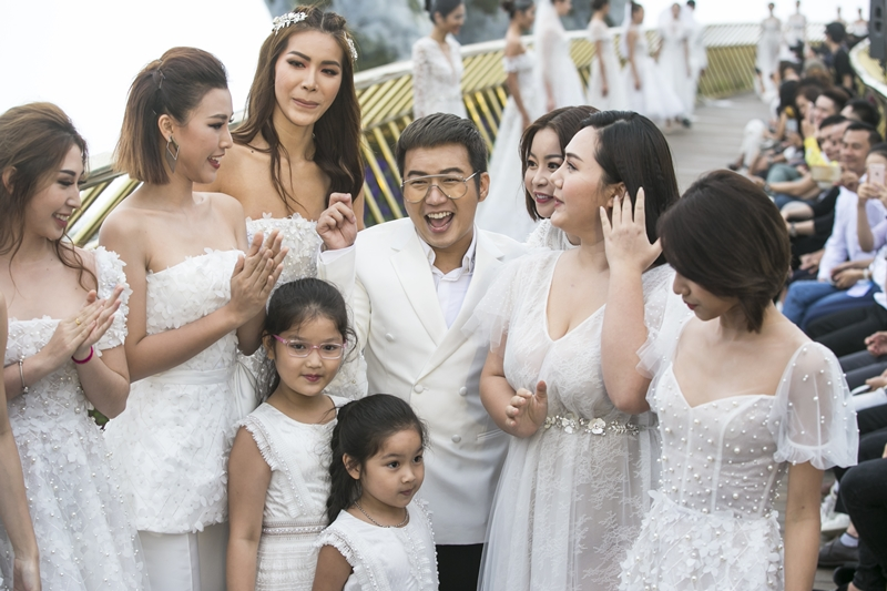 NTK Chung Thanh Phong (giữa) xuất hiện trong màn chào kết.