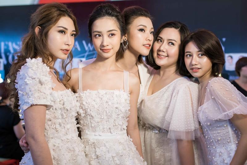 """Bộ 5 cô gái nhóm """"Ngựa hoang"""" đồng loạt diện thiết kế tông màu trắng nằm trong BST """"Nàng Mây"""" của NTK Chung Thanh Phong."""