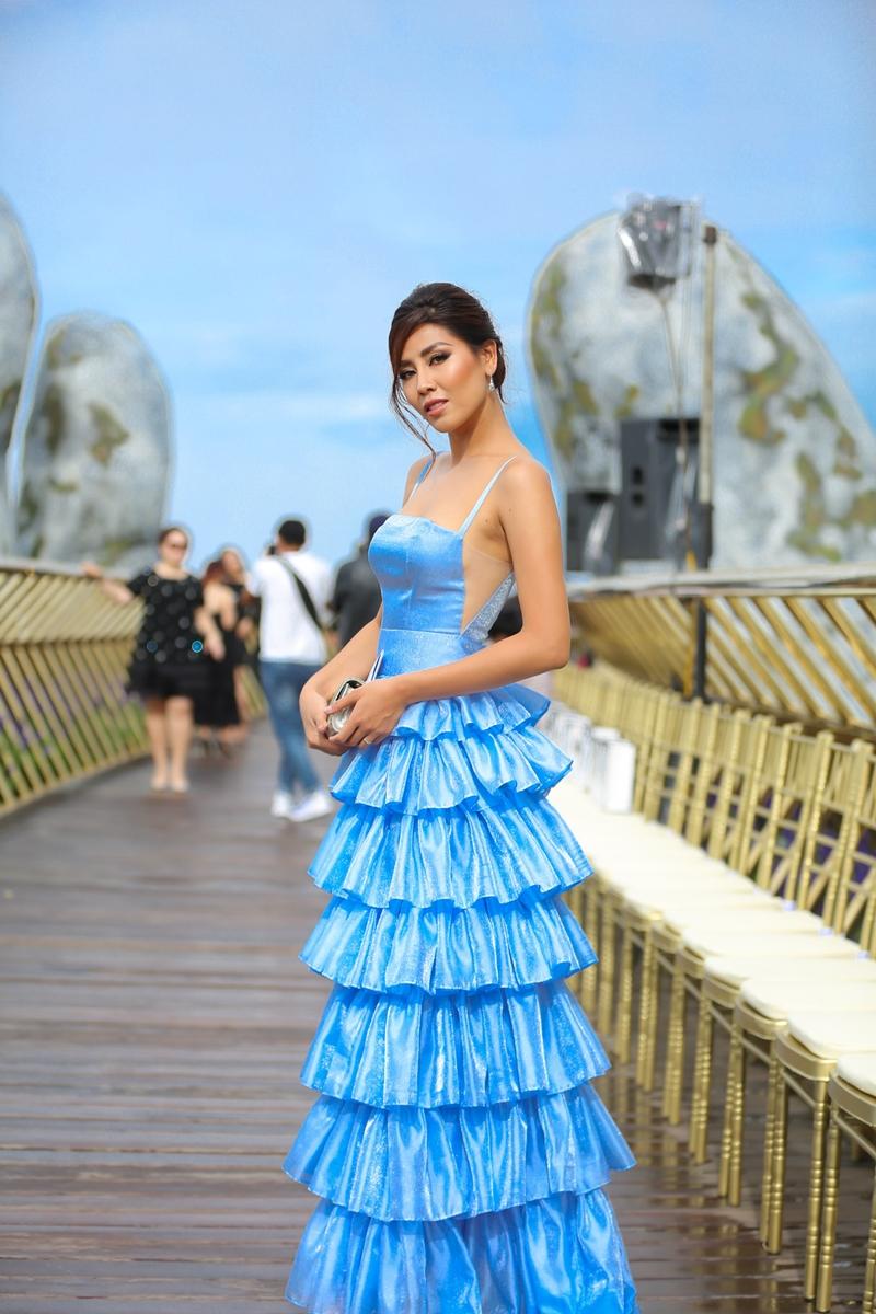 Á hậu Nguyễn Thị Loan đầy cuốn hút trong bộ váy ôm dáng, thiết kế xếp tầng với tông màu xanh lam nổi bật.