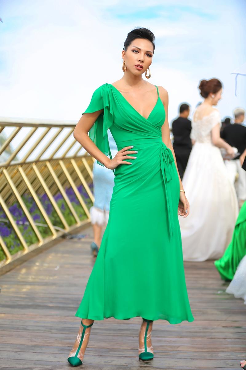 Siêu mẫu Minh Triệu thả dáng với váy thiết kế bất đối xứng ở phần vai.