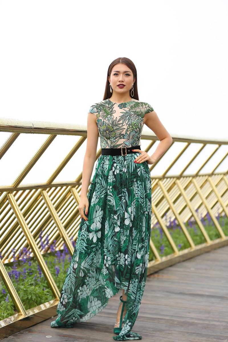 Á hậu Lệ Hằng xuất hiện với váy in họa tiết lệch tà, in hình hoa cỏ sắc xanh tươi mát.