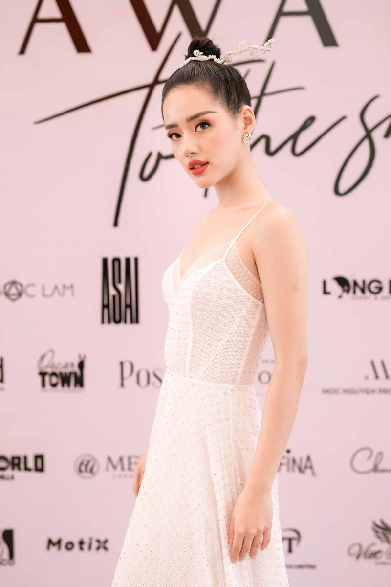 Khánh Linh The Face chọn phong cách tối giản với váy hai dây sắc trắng tinh khôi, cùng kiểu tóc búi cao gọn gàng, khoe vóc dáng thanh thoát.