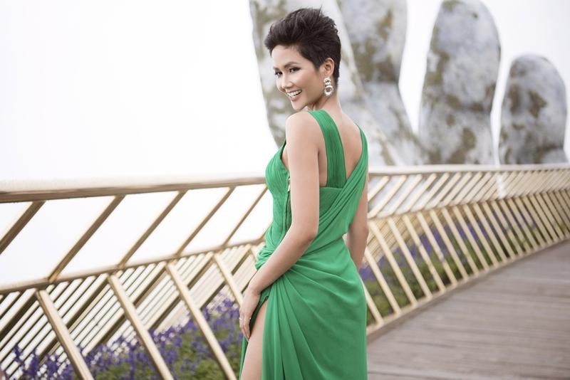 Thiết kế có phần eo cách điệu, tôn lên đường cong quyến rũ của Hoa hậu Hoàn vũ Việt Nam 2017.