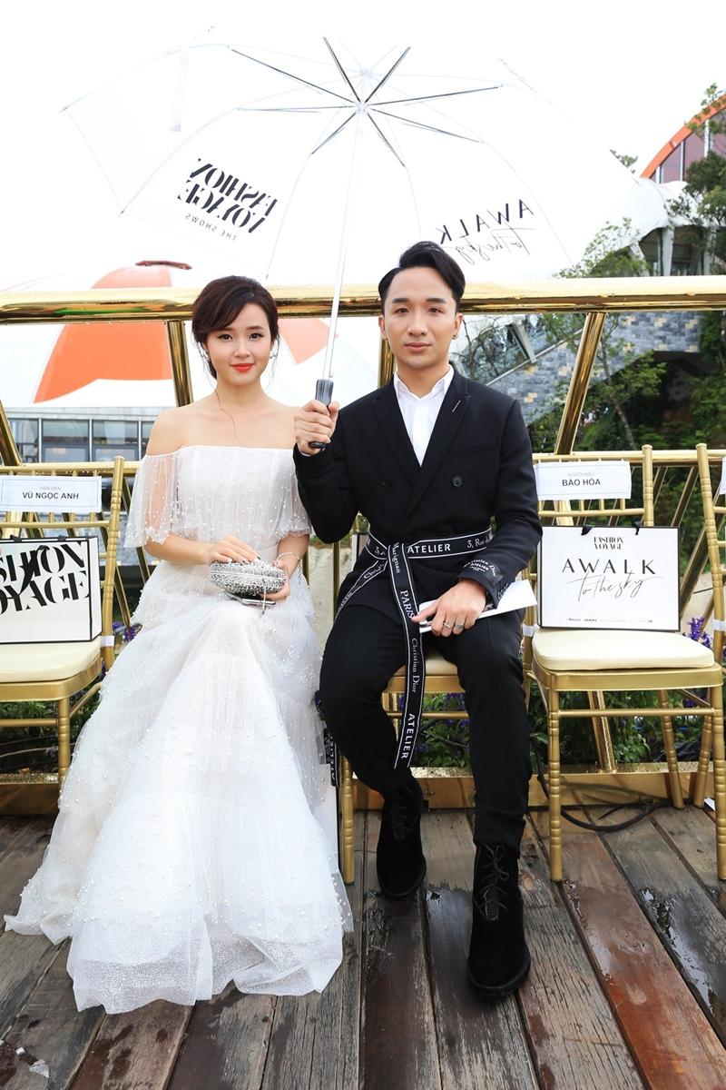 Sánh vai cùng Midu tại sự kiện là Hoàng Rob. Nghệ sĩ violin chọn một bộ suit phá cách với dải thắt lưng in hoa văn.